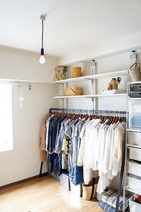 お部屋の一角をオープンクローゼットに。お店のディスプレイみたいに色ごとに洋服を掛けるとすっきりとして見えますね。ハンガーラックの上に棚を作って空間の有効利用をすると収納力バツグンです☆
