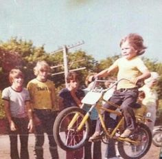 23 Funny Family Photos Both Awkward & Crazy 12 Vintage Bmx Bikes, Velo Vintage, Retro Bike, Funny Family Photos, Funny Photos, Old Photos, Vintage Photos, Foto Picture, Family Humor