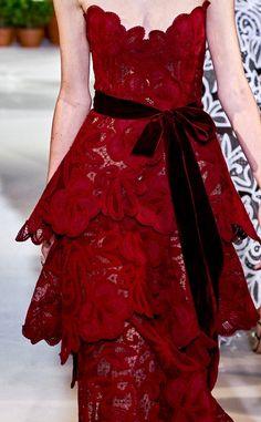 Oscar de la Renta Spring 2019 - Not Ordinary Fashion is art 50s Dresses, Pretty Dresses, Fashion Dresses, Lace Dresses, Dolce & Gabbana, High End Fashion, Dark Fashion, Burgundy Fashion, Runway Fashion