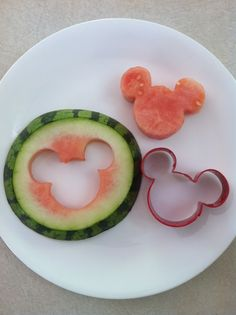 Cutting out various fruits with a cookie cutter. Birthday Love, Mickey Mouse Birthday, Minnie Mouse Party, Mouse Parties, Birthday Ideas, Kid Parties, Shared Birthday Parties, Halloween Snacks, Party Themes