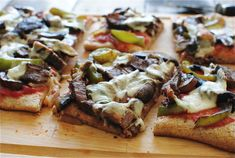 Philly Cheesesteak Pizza / Bev Cooks Want to make a better crust for this and add onions but yummy Pizza Recipes, Beef Recipes, Cooking Recipes, Dinner Recipes, Philly Cheese Steak Pizza, Artisan Pizza, Stuffed Mushrooms, Stuffed Peppers, Pasta