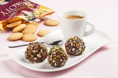 Ingredience: pistácie 50 gramů (vyloupané, nesolené), mandle 50 gramů (nesolené), kakao 1 lžíce (holandské 22 % kakaového másla), máslo 90 gramů, med 5 lžic, piškoty 240 gramů (bezlepkové z Kávovin), smetana 80 gramů (sušená). Med, Tableware, Dinnerware, Tablewares, Dishes, Place Settings