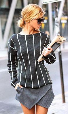 Jupe courte gris coupe asymétrique, pull gris rayé blanc, ligne vertical, lunettes de soleil, chignon bas, pochette en cuir vieux rose, White Striped Sweater & GreySkirt