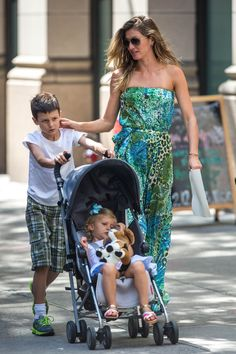 Gisele Bündchen curte passeio em família pelas ruas de Nova York