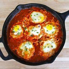 La shakshuka è un piatto di origine algerino/tunisina il cui consumo si è allargato a tutto il bacino arabo/orientale del Mediterraneo, arrivando ad esser
