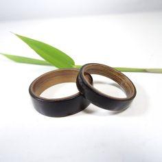 Ensemble de bagues de fiançailles ou de mariage. Bagues en bois dEbène et de Noyer. Ces alliances de mariage sont une alternative originale au traditionnel métaux précieux. Les bagues sont réalisé à partir de bois de placage. Cette méthode de cintrage rend les bagues en bois