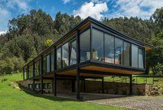 Una casa de volumen desfasado y reminiscencia modernista en la Sabana de Bogotá.