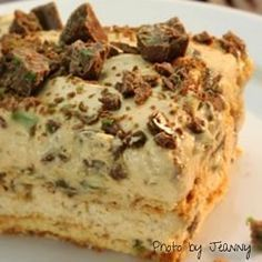 An oh so delicious peppermint crisp tart, with layers of crispy coconut biscuit, caramel (dulce de leche), cream and mint chocolate. Easy Cookie Recipes, Tart Recipes, Baking Recipes, Dessert Recipes, Pastries Recipes, Pudding Recipes, Sweet Desserts, Baking Ideas, Dessert Ideas