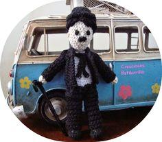 Muñeco Charles Chaplin Amigurumi - Patrón Gratis en Español aquí: http://creacionesbatiburrillo.blogspot.com.es/2015/03/charlot-amigurimi-con-patron.html