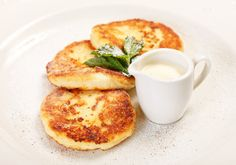 Cottage Cheese Pancakes: Forget a boring piece of matzo covered with jam. Combine some cottage cheese, matzo meal, and eggs, and you have some sweet pancakes that are the perfect way to start the day. Passover Pancake Recipe, Easy Passover Recipe, Passover Recipes, Jewish Recipes, Passover Food, Passover 2017, Passover Desserts, Breakfast Smoothies, Breakfast Recipes