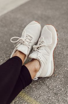 Oct 2018 - Obsessed with these white sneakers! Sneaker Outfits, Converse Sneaker, Puma Sneaker, Sneakers Mode, White Sneakers, Sneakers Fashion, Fashion Shoes, Fashion Black, New Balance Sneaker Damen