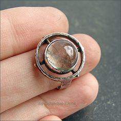 Кольцо с мосс аквамарином, выполнено из серебра, декорировано латунью, металл патинирован и частично отполирован. Камень полупрозрачный, с включениями, расположение в кольце не симметрично. На размер 17-17,3, вес 5,3 г.