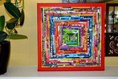 10 x 10-Leinwand mit einem kleinen roten lackierten Rahmen. Ich habe bunte Magazin Papier um dieses Stück zu erstellen. Hängen Sie es an der Wand oder auf einem Bücherregal oder Mantel für einen Pop Farbe anzeigen.