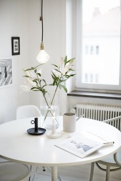 A bright scandinavian apartment in Lärlingsgatan, Sweden via Västanhem Design Scandinavian, Scandinavian Apartment, Scandinavian Interiors, Dining Room Inspiration, Interior Inspiration, Sunday Inspiration, Decor Interior Design, Interior Decorating, Decorating Ideas