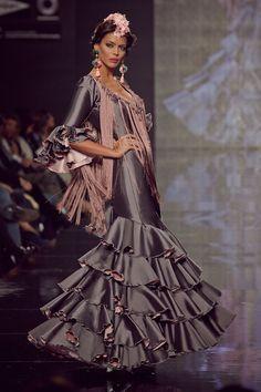#traje de #flamenca en seda gris y rosa. Mangas al codo y fleco hecho a mano por el escote.