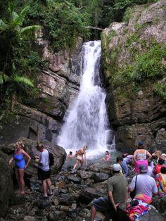 Esta es la cascada El Yunque. Está en el único bosque tropical en la U.S. National Forest System. Es muy popular entre las turistas.