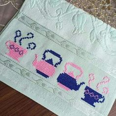 Teekanne Tassen of-the-mutafak-Handtuch-Etamin - Cross Stitch Charts, Cross Stitch Designs, Cross Stitch Patterns, Cross Stitching, Cross Stitch Embroidery, Hand Embroidery, Palestinian Embroidery, Embroidery Alphabet, Granny Square Crochet Pattern