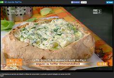 Un sufflè di formaggi italiani e verdure di stagione in crosta di pagnotta con pane raffermo. Ho recuperato il latte, il pane, e le bucce di verdure di stagione per la #cucinadelrecupero questa mattina su #RaiTre a #mimandarai3 condotto da #ElsaDiGati. Abbiamo speso solo due euro. #Volti #Tradizioni #Noaglisprechialimentari