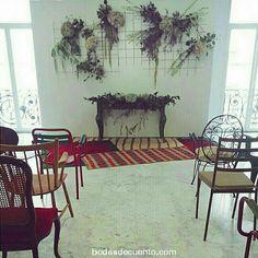 Para la deco de la ceremonia de #mariayfransecasan buscamos este look: el contraste de piezas de material industrial decoradas con flores y sillas de diferentes estilos. @verdepimienta y @passageprive fueron nuestros partenaires #cuentibodas #cuentibodas2014 #Bodasdecuento #cuentiboda