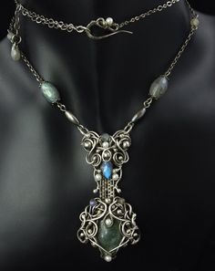 Idril. Love the length between the two pendants and the choker addition