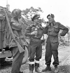 Des Canadiens à Caen, 10 juillet 1944, de gauche à droite: Private F.P. Harwood; Flying Officer J.D. Orr, Royal Canadian Air Force (R.C.A.F.)