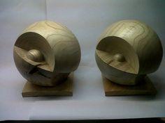 Ballen die uit twee delen bestaan tijdens het draaien. Na het draaien worden de delen van elkaar verwijderd en op andere wijze weer aan elkaar gelijmd. Afm 22 cm, tulphout.