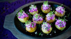 Som et alternativ kan du toppe potetene med en deilig sildesalat. Vegetables, Desserts, Food, Potatoes, Alternative, Tailgate Desserts, Deserts, Essen, Vegetable Recipes