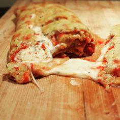 Recette de Pizza Stromboli, croûte au chou-fleur, garniture de proscuitto et fromage bleu. Sans sucre, faible en glucides, sans gluten