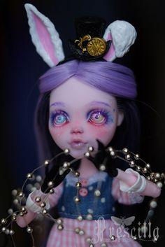 He encontrado este interesante anuncio de Etsy en https://www.etsy.com/es/listing/467184397/custom-draculaura-bunny-monster-doll