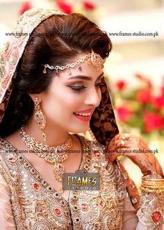 New mehindi design for party and marriage ( shadi ) Ayeza khan marriage pic Pakistani Wedding Dresses, Pakistani Outfits, Bridal Looks, Bridal Style, Aiza Khan Wedding, Wedding Bride, Actress Wedding, Pakistan Wedding, Ayeza Khan