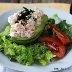 Recipe of Cardinal Stuffed Avocado, a delicious preparation typical from Chilean cuisine, which can be enjoyed as a starter dish. Starter Dishes, How To Cook Shrimp, Recipe Today, Cilantro, Food Print, Lunch, Healthy Recipes, Meat, Chicken
