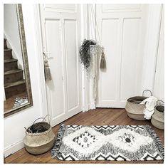 That rug ! Deco Boheme Chic, Bohemian Chic Decor, Boho, Hallway Inspiration, Interior Design Inspiration, Scandinavian Interior, Cool Rooms, Cozy House, Interior Styling