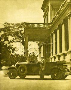 Carlos Guinle no jardim de sua mansão em Botafogo posando com seu automóvel Chrysler Imperial 80. Cidade do Rio de Janeiro, 1928.
