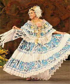Hermosa la pollera panameña. En tono turquesa y con su reboso. Flor Fossatti.