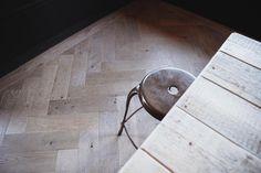 Staal en robuust hout. De perfecte combinatie voor een industrieel interieur. Wij zijn fan van deze houten visgraat vloer! Robuust, warm en natuurlijk tegelijkertijd. Dat komt de door het gerookt eiken. Tof in combi met het visgraat patroon en de noesten in de rustieke plank. Voor ons een mooie match met de stalen deuren van Simply Steel! #stalendeuren #industrialinterior #houtenvloer #stoerwonen #simplysteel