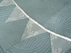 Gör egna spetsvimplar. Finns massor av gamla spetsgardiner att köpa för några tior på loppisar . [DIY  lace bunting from vintage curtains.]  #wedding #bröllop #ecobride