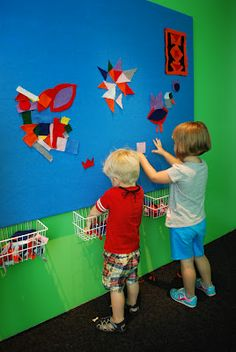 Design Wall with felt: Bold Expressions at BAM - Old school, but I like it Preschool Rooms, Preschool Classroom, In Kindergarten, Montessori, Classroom Design, Classroom Decor, Felt Stories, Felt Board Stories, 2 Kind