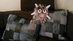 Jeanspolster und kleines Monster