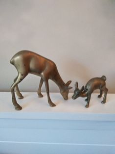 Pair of Mom and Baby Deer Brass Figurines., Deer and Fawn Figurines. Oceans Song, Laurel Burch, Light Of The World, Baby Deer, Mom And Baby, Wood Carving, Kangaroo, Vintage Items, Lion Sculpture