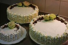 Mansikkatäytekakut muistotilaisuuteen, helmikuu 2016. Pieni kakku on maidoton ja gluteiiniton.  #mansikka #täytekakku #strawberry #cake