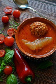 Puha, fűszeres húsgombócok, édes paradicsommártásban, pontos időkkel, hogy biztos jól sikerüljön.