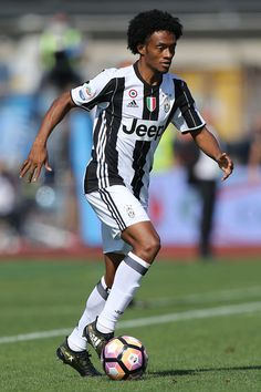 Juan Cuadrado of Juventus FC in action during the Serie A match between Empoli FC and Juventus FC at Stadio Carlo Castellani on October 2, 2016 in Empoli, Italy.