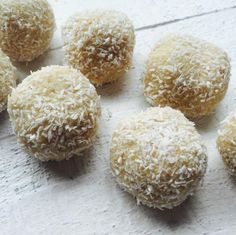 Balletjes gemaakt van cashewnoten, kokos en havermout. Waanzinnig lekker!' Je kunt er uiteraard ook voor kiezen een andere noot te gebruiken, houdt alleen wel de juiste hoeveelheden aan. Recept: www.beaubewust.com