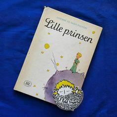 Günaydın.  Herşeye rağmen güzel bir Pazar günü olsun.  Gün 10. İsveççe: Lille Prinsen  1952 yılında Gunvor Bang çevirisiyle Rabén & Sjögren tarafından Stockholm'da basıldı.  #kucukprens #küçükprens #hergün1küçükprens #lepetitprince #theittleprince #elprincipito  #opequenoprincipe #derkleineprinz #ilpiccoloprincipe #b612 #koleksiyon #collection #kitap #kitapokuma #exupery #kitapokumak #kitapkurdu #reading  #kucukprensmuze #küçükprensmüzesi #isveç #sweden #lilleprinsen #gunvorbang…