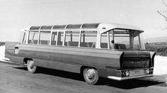 Prototypowy autobus SFA-1 Sanok z 1958 r. miał ekstrawaganckie wzornictwo nadwozia, opracowane przez artystę Zdzisława Beksińskiego – przód autobusu jest tu z prawej strony. New Bus, Bus Coach, Sanya, Busses, Retro Futurism, Cars And Motorcycles, Classic Cars, Automobile, Vehicles