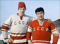 Victor Konovalenko (R) 1971 Hockey Goalie, Hockey Teams, Hockey Players, Ice Hockey, Russian Red, Vancouver Canucks, Hockey Cards, Red Army, Montreal Canadiens