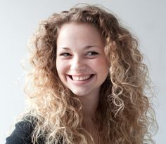 I adore Carrie Hope Fletcher's hair - it's so curly and voluminous and just looks so fun! She's the reason I began embracing my curls rather than trying to fight with them all the time. Carrie Hope Fletcher, Tanya Burr, Twist And Shout, Joe Sugg, Phil Lester, Dan Howell, Facon, Role Models, Character Inspiration