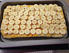 Für himmlische Bananenschnitten zunächst für den Teig 6 Dotter mit 60 g Zucker und etwas Zitronenschale schaumig rühren. 6 Eiklar mit 60 g Zucker