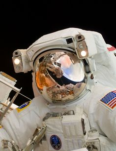 Nasa humanoidhistory: May 2009 – A close-up view of astronaut John Grunsfeld performing spacewalk to do some maintenance on the Hubble Space Telescope, photographed by Andrew Feustel, who can be seen in Grunsfeld's visor. Astronauts In Space, Nasa Astronauts, Sistema Solar, Astronaut Helmet, Nasa Goddard, Okuda, Hubble Space Telescope, Nasa Space, Space Planets