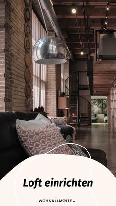 Ein Loft einrichten geht gar nicht so einfach! Wohnbereich, Bett, Küche und Schreibtisch in einem Raum? Wir zeigen Dir, wie Du mit verblüffenden Tricks und cleveren Ideen Deine Einzimmerwohnung in ein kreatives und funktionales Loft mit Flair verwandelst. Tricks, Industrial, Dividing Wall, Big Sofas, Warehouses, One Room Flat, Tall Ceilings, Brickwork, Industrial Music